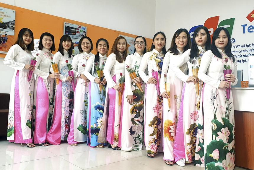"""Các nữ nhân viên nhà """"Cáo"""" chi nhánh Bình Dương khoe sắc trong bộ áo dài truyền thống."""