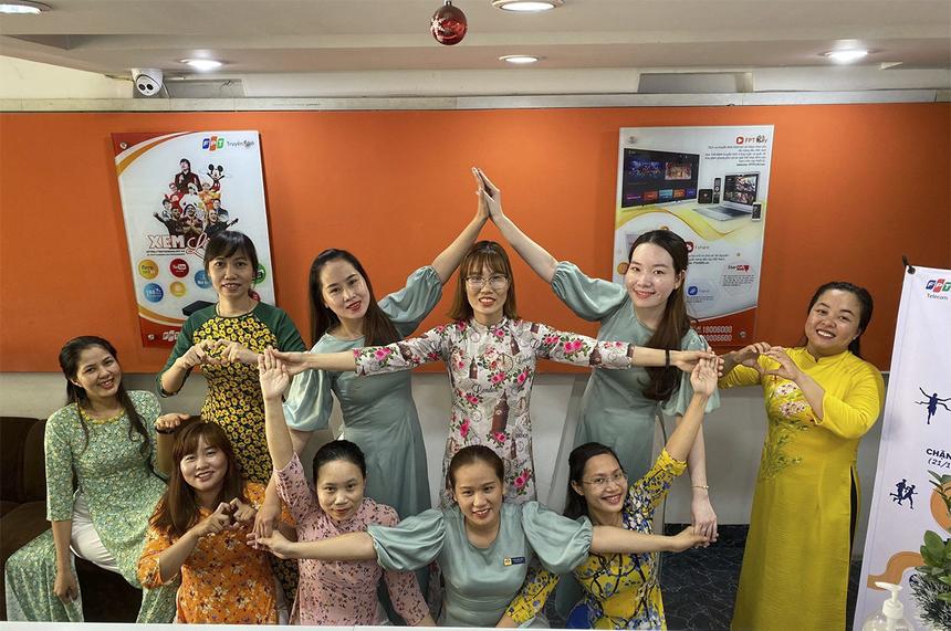 Các CBNV nữ FPT Telecom chi nhánh Ninh Thuận xếp hình ngôi sao chào mừng ngày đặc biệt của mình và cùng nhau quyên góp ủng hộ quỹ.