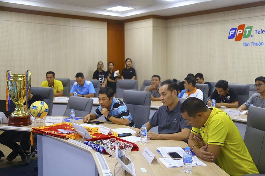 Sáng nay, đại diện Liên đoàn bóng đá cùng các đội bóng tham dự giải Futsal FPT Telecom HCM đã góp mặt để thảo luận và thống nhất những vấn đề cuối cùng về điều lệ, thể thức, giải thưởng của giải bóng đá lớn nhất nhà Viễn thông.