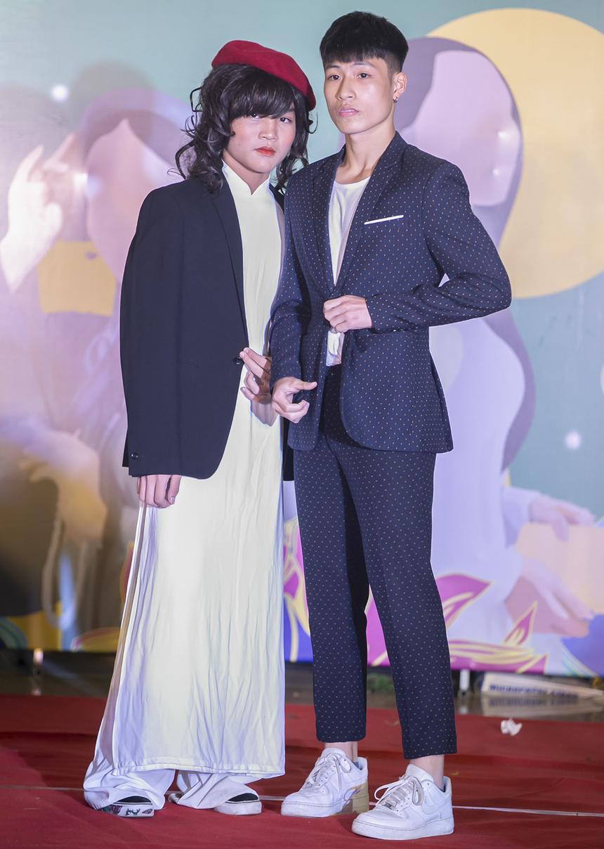 Thời trang những năm 2000-2020 tuy vẫn là sự tiếp nối từ những thập niên trước, nhưng lại rất đặc trưng bởi sự kết hợp giữa sự hiện đại của ngành thời trang thế giới và văn hóa của người phụ nữ Việt Nam. Nắm bắt điều đó, thí sinh Đào Nguyên Phát mang đến sân khấu của The Inner Her một bộ áo dài trắng phối cùng áo khoác veston.