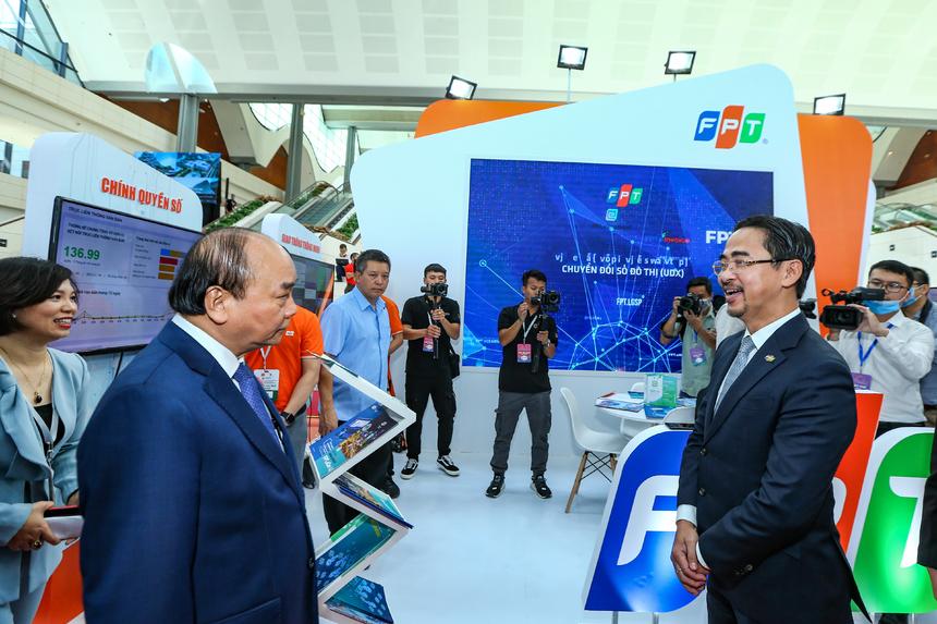Thủ tướng Nguyễn Xuân Phúc cũng đã ghé thăm gian hàng của Tập đoàn FPT tại khu vực Triển lãm. Tại đây, anh Phan Thanh Sơn đã đón tiếp Thủ tướng Nguyễn Xuân Phúc và giới thiệu về các giải pháp công nghệ thông tin mà FPT đang nghiên cứu và phát triển.