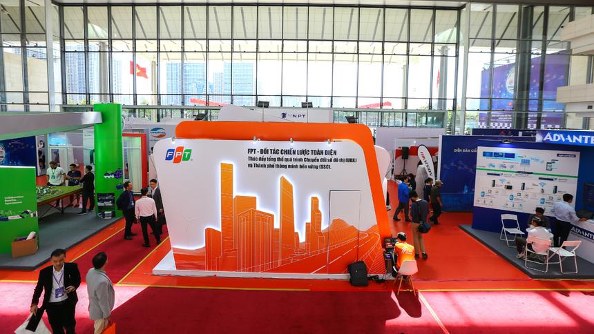 Gian hàng triển lãm của FPT sẽ hoạt động trong hai ngày 22 và 23/10. Với Asean Smart Cities Summit & Expo 2020, tập đoàn FPT đã một lần nữa khẳng định vị thế hàng đầu về chuyển đổi số quốc gia, thông qua cách thức tiếp cận tổng thể và toàn diện, tích hợp về Chuyển đổi số đô thị và xây dựng Thành phố thông minh bền vững.