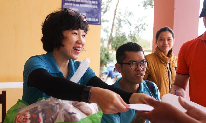 Tại Thừa Thiên - Huế, đại diện Quỹ Hy vọng đã và đang phát tổng cộng 2.695 phần quà đến các hộ tại xã Quảng Thành, Quảng An, Hương Phong, Phong Hiền, Phong Xuân… đây đều là những vùng ngập nặng, chịu nhiều thiệt hại do bão lũ.
