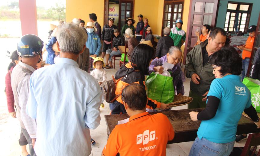 Mỗi suất quà gồm: 5 kg gạo, thịt hộp, chăn, màn, chiếu và những nhu yếu phẩm cần thiết khác. Ngoài ra, 735 hộ nghèo tại các xã sẽ được hỗ trợ thêm 500.000 đồng tiền mặt kèm theo.