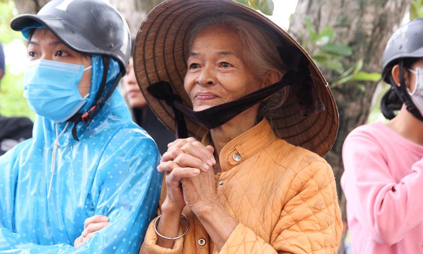 Bà Châu Thị Tâm, người dân xã Hương Phong, đang chờ đợi đến lượt mình để nhận quà. Bà Tâm đang phải nuôi một cậu con trai bị bệnh, hai mẹ con nương tựa vào nhau để sống. Nhiều ngày nay, hai mẹ con bà chỉ biết ăn mì tôm qua ngày.