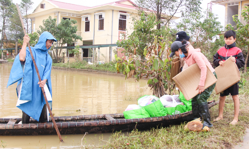 Bà con vùng lũ phấn khởi chất quà lên thuyền, mang về. Mặc dù nước đã rút dần, song một số nơi vẫn đang bị cô lập, nếu muốn nhận hỗ trợ phải di chuyển bằng ghe, xuồng như thế này.