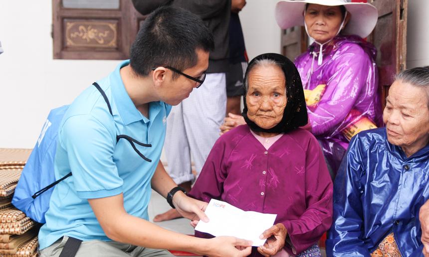 Anh Ngô Anh Tuấn, đại diện Quỹ Hy vọng, về tận các thôn vùng lũ, trao quà cho các cụ già. Các cụ tuổi cao nên việc di chuyển, đi lại hết sức khó khăn, đặc biệt một số đoạn nước lũ tràn qua đường, rất nguy hiểm.