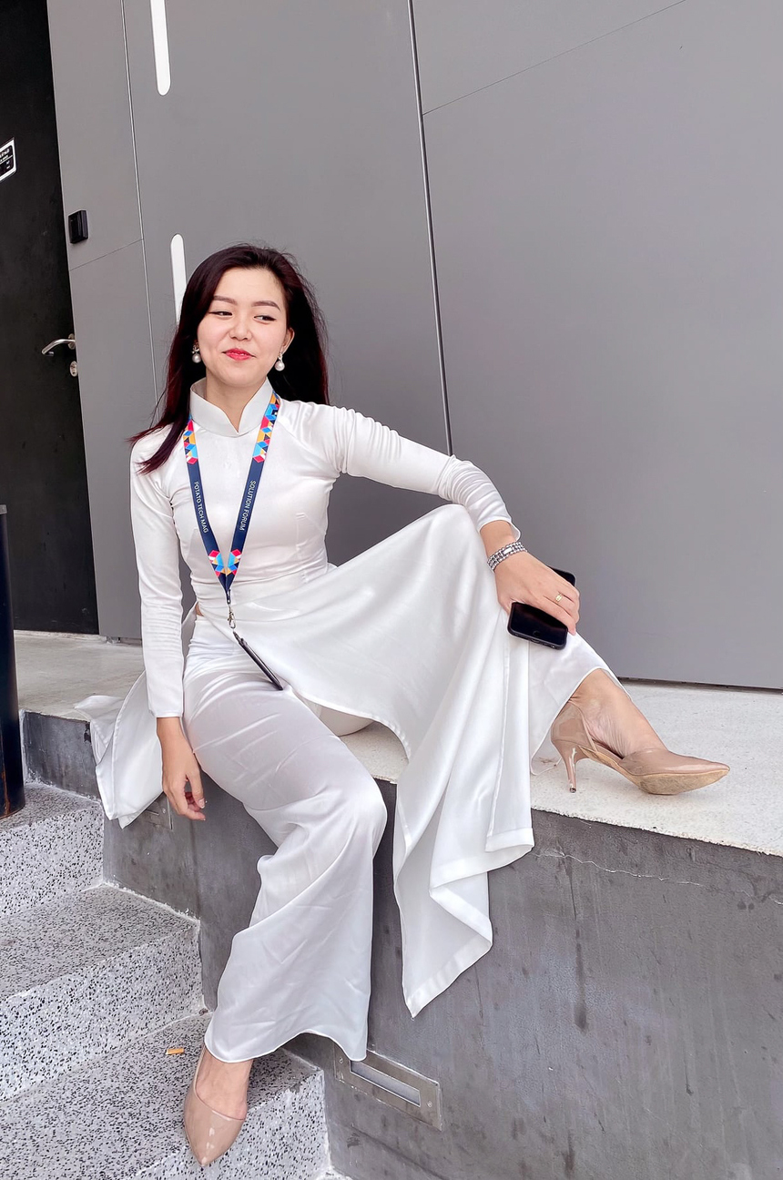 Ngô Hà Khánh Vy - đơn vị FHM cá tính trong bộ áo dài trắng như một nữ sinh năng động.