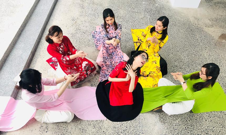 6 cô gái QA (đảm bảo chất lượng) vui vẻ sáng tạo trong bức ảnh áo dài tập thể. Thời gian bình chọnHoa khôi áo dài từ ngày 22 đến hết 24h ngày 25/10. Thời gian công bố giải là ngày 26/10.