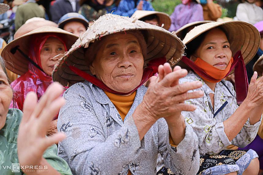 Trong Nhà văn hoá xã Quảng An, người dân thôn An Xuân Bắc ngồi xếp hàng chờ tới lượt nhận quà. Quảng An là một trong những điểm ngập nặng từ đợt lũ đầu tháng 10 đến nay.
