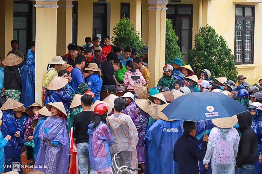 Sáng cùng ngày, hàng trăm người dân xã Quảng Thành cũng đến chờ nhận quà.