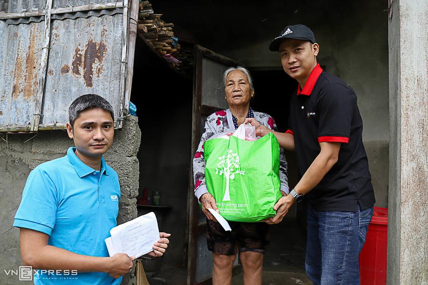 Các tình nguyện viên mang quà đến nhà bà Trần Thị Thảo, thôn An Xuân Bắc. Bà Thảo không thể đến Nhà văn hóa xã do sức khoẻ yếu. Nằm bên phá Tam Giang, làng An Xuân Bắc là một trong những điểm ngập sâu nhất của xã Quảng An.