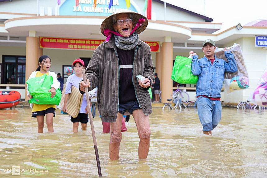 """""""Nhà tui ngập hơn một mét, bao nhiêu áo quần, chăn màn ướt hết. Món quà này rất cấp thiết với cuộc sống gia đình"""", cụ ông Nguyễn Ngọc Song, 88 tuổi, ở xã Quảng Thành, cười móm mém."""