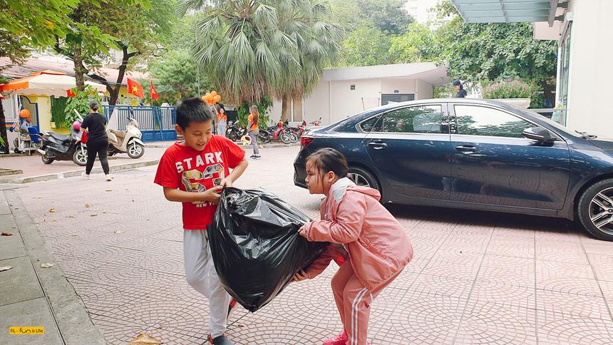 Các bé tự tay xách những bao đồ ủng hộ miền Trung. Qua chương trình, các bé được giải thích nhiều hơn về những hoàn cảnh, khó khăn mà các bạn nhỏ miền Trung đang gặp phải.