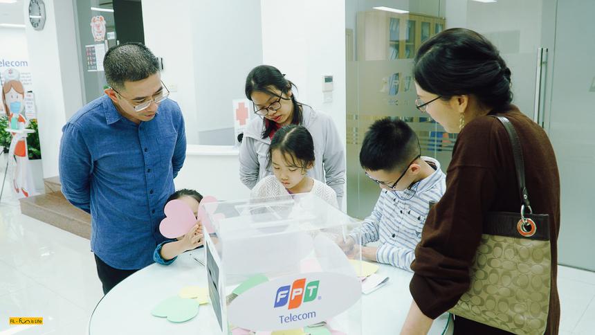 TGĐ FPT Telecom Hoàng Việt Anh cũng đưa con gái bé đến sự kiện hưởng ứng phong trào ủng hộ. Anh đánh giá cao hoạt động quyên góp tổ chức riêng cho các FPT Small đã mang lại nhiều ý nghĩa và cảm xúc, giúp các bé cảm nhận được tình yêu thương, sẻ chia lan toả.