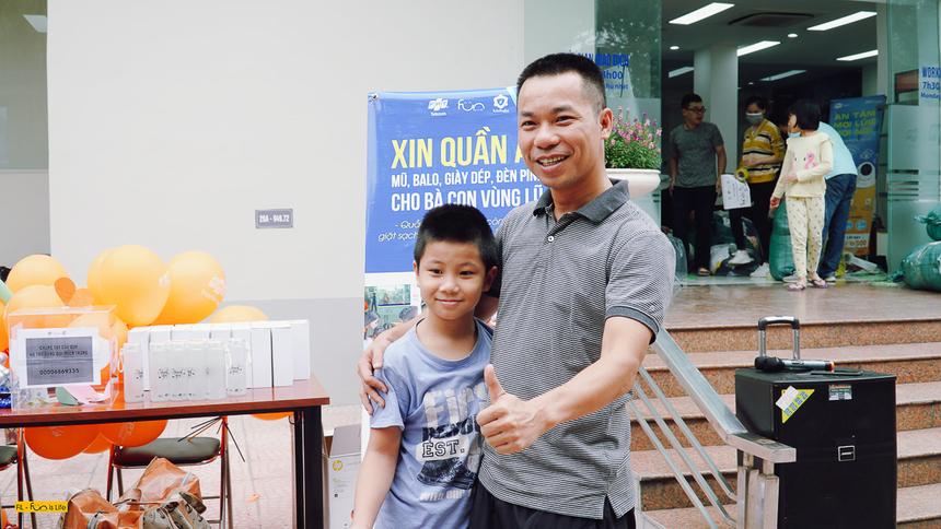 Anh Nguyễn Ngọc Quang - Phó Giám đốc Vùng kinh doanh số 2 - đưa con trai đến tham gia chương trình quyên góp.