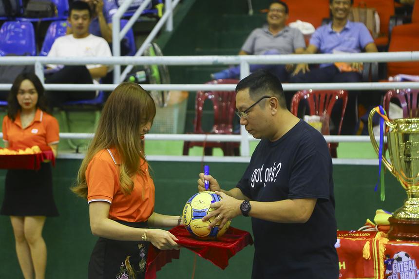 Anh Nguyễn Võ Đăng Khoa - Giám đốc Trung tâm Kinh doanh 4 đại diện Ban lãnh đạo Vùng 5 gửi lời chúc đến các cầu thủ và ký tên lên quả bóng lưu niệm.