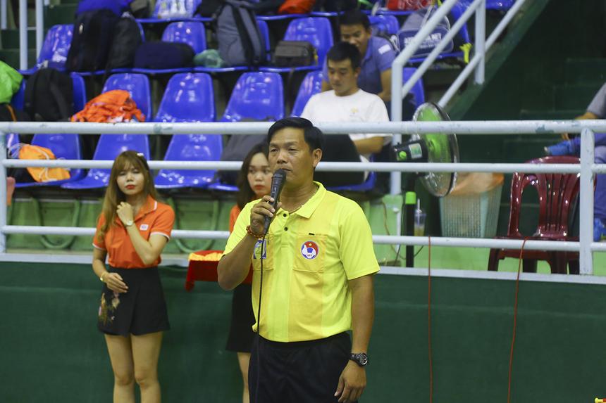 """Anh Phan Thanh Sỹ - gương mặt quen thuộc với các giải futsal nhà F - đại diện tổ trọng tài """"cầm cân nảy mực"""" đọc lời tuyên thệ công tâm trong quá trình điều hành giải."""