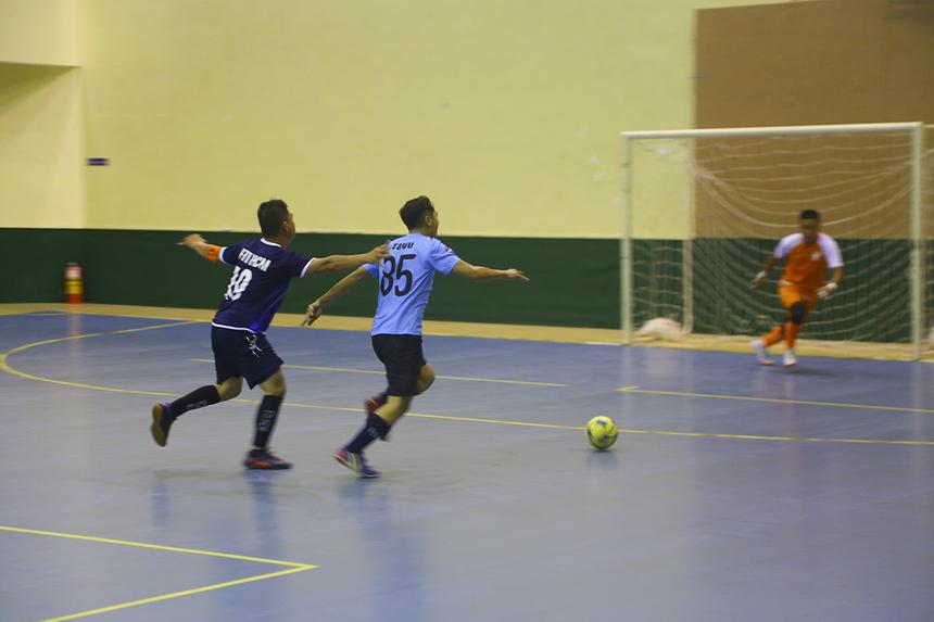 Sau lễ khai mạc, giải đấu đã diễn ra với 4 trận đấu ở cả hai bảng. Bất ngờ sớm xảy ra khi Viễn thông Quốc tế FPT (FTI - áo xanh đậm) nhận thất bại 0-2 trước Liên quân IoT - Camera (áo lam).
