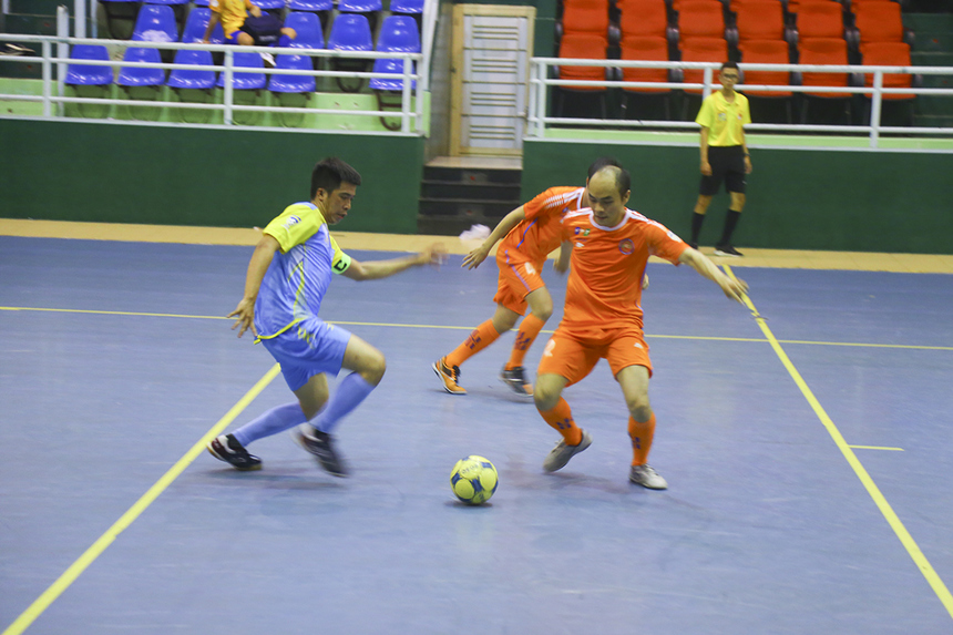Ở trận đấu còn lại của bảng B, hai đội bóng Vùng 5-2 (cam) và Dịch vụ Khách hàng (lam) chạm trán nhau trong trận cầu tẻ nhạt, khi hai đội thi đấu khá dè dặt, không tạo ra nhiều cơ hội rõ ràng.