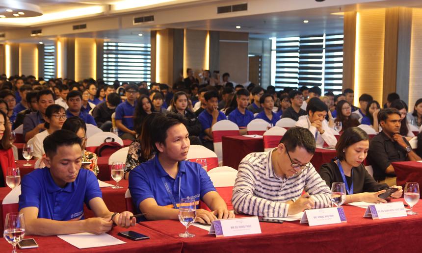 Buổi trò chuyện thu hút hàng trăm bạn trẻ của Đại học Greenwich (Việt Nam) - cơ sở Đà Nẵng tham dự. Các bạn rất háo hức nghe kể về chặng đường trở thành CEO Tập đoàn FPT sau 22 năm anh làm việc, gắn bó.