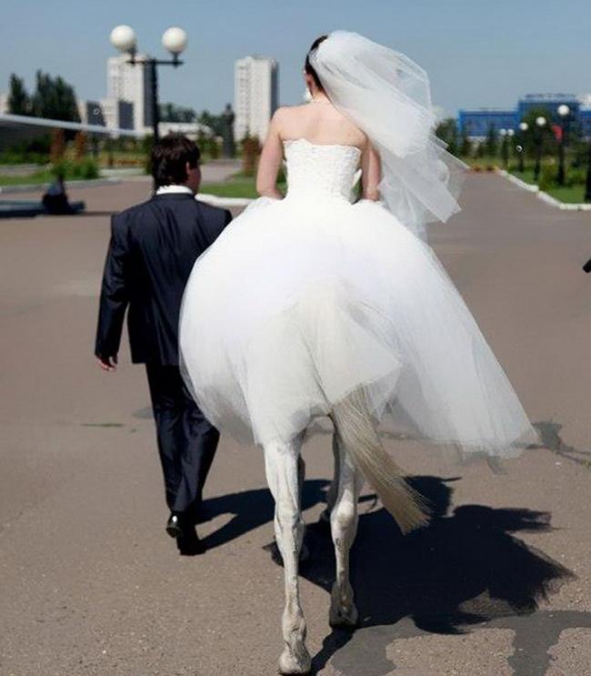 """Cô dâu có đôi chân """"nuột"""" quá nhỉ?"""