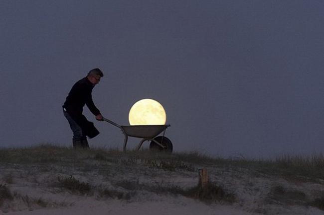 Tôi chở ánh trăng đi bán đây các thím ạ.