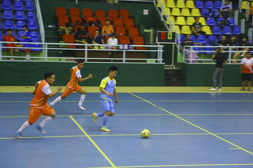Trận bán kết còn lại là màn so tài nội bộ giữa hai đội bóng vùng 5. Trong đó, các cầu thủ Vùng 5-1 (áo cam) được đánh giá nhỉnh hơn nhờ lực lượng đồng đều ở các tuyến so với đội Vùng 5-2 (áo xanh).