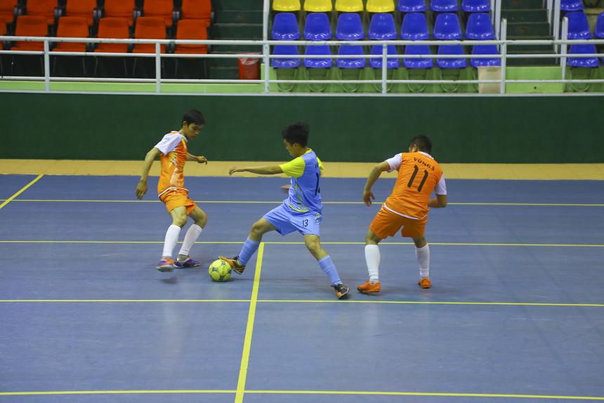 Các cầu thủ Vùng 5-2 cố gắng vùng lên nhằm tìm kiếm bàn gỡ. Nhưng khả năng phối hợp, di chuyển chiến thuật không tốt khiến số 11 Nguyễn Minh Sáng - cầu thủ thi đấu năng nổ nhất - tỏ ra hoàn toàn đơn độc.