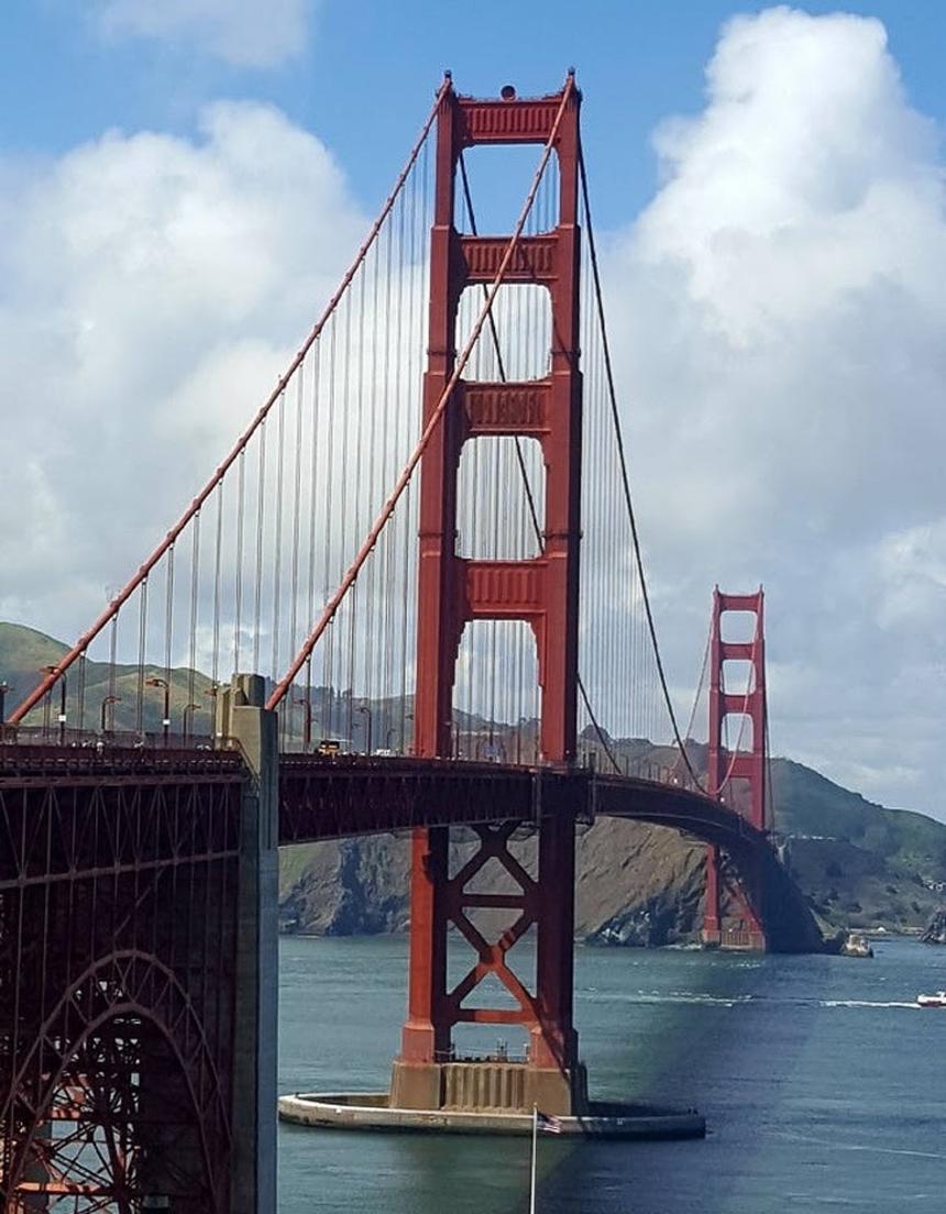Cây cầu trông như đang nối xuống nước.