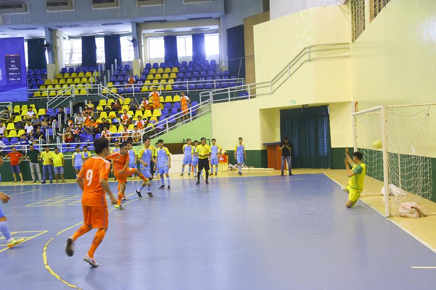 Dịch vụ Khách hàng sớm vượt lên dẫn trước 2-0 trong hiệp 1 nhờ các pha lập công của số 7 Đỗ Nguyên Vũ và số 10 Nguyễn Minh Thiện.
