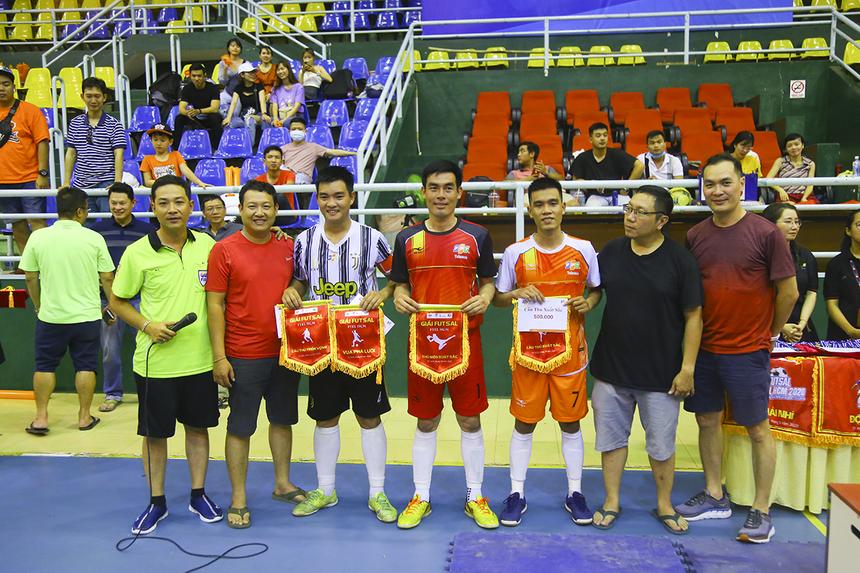 Ở hạng mục cá nhân, cầu thủ Phan Văn Vũ (áo sọc) - đội trưởng Truyền hình FPT giành cú đúp danh hiệu Vua phá lưới (5 bàn thắng) và Cầu thủ trẻ xuất sắc nhất. Cầu thủ Huỳnh Thanh Phúc (áo đỏ) đạt danh hiệu Thủ môn xuất sắc nhất và đồng đội của anh ở đội Vùng 5-1 là Dương Thái Phương (áo cam) đạt danh hiệu Cầu thủ xuất sắc nhất giải.