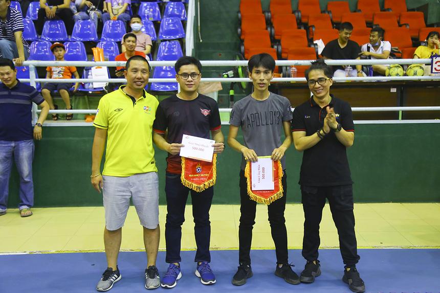 Hai đội bóng Trung tâm Hệ thống Thông tin (ISC) và Liên quân IoT-Camera giành các giải Cống hiến và Nhiệt huyết cho những đội bị loại ở vòng bảng.
