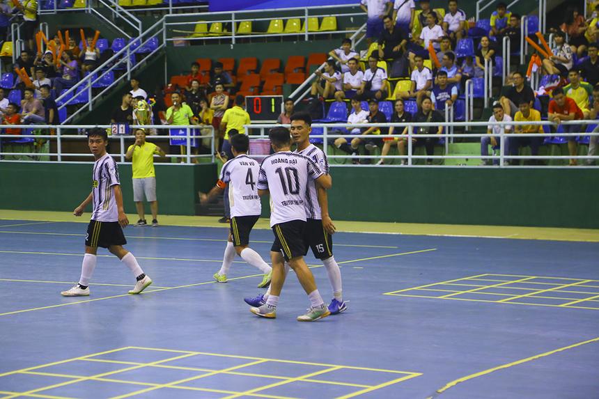 Hai bàn thắng của Thiện Trân và Văn Tuấn giúp Truyền hình FPT lội ngược dòng thành công.