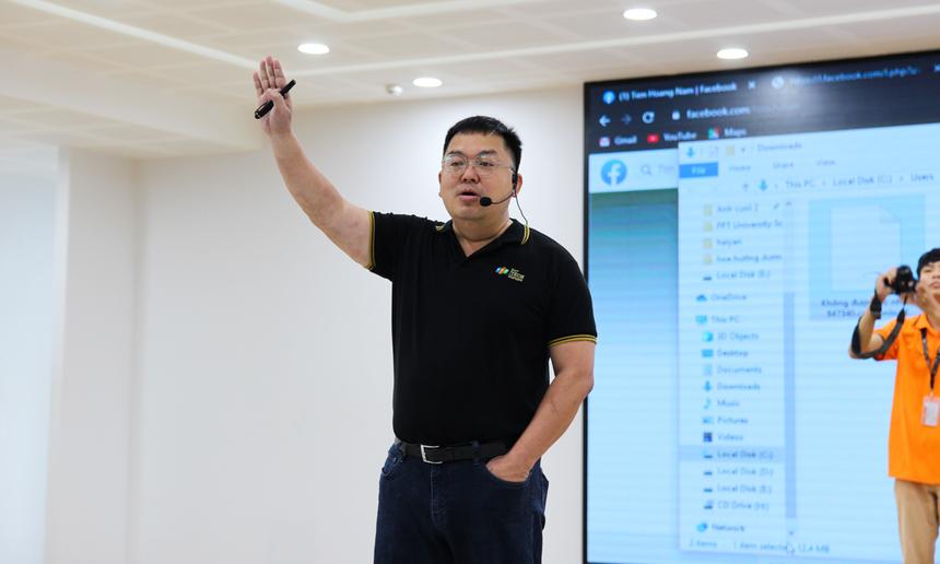 Sáng 10/11, Chủ tịch FPT Telecom Hoàng Nam Tiến đã có buổi trò chuyện, trao đổi với sinh viên Đại học FPT Đà Nẵng với chủ đề 'Sống sót' trong thời đại Lifelong Learning.