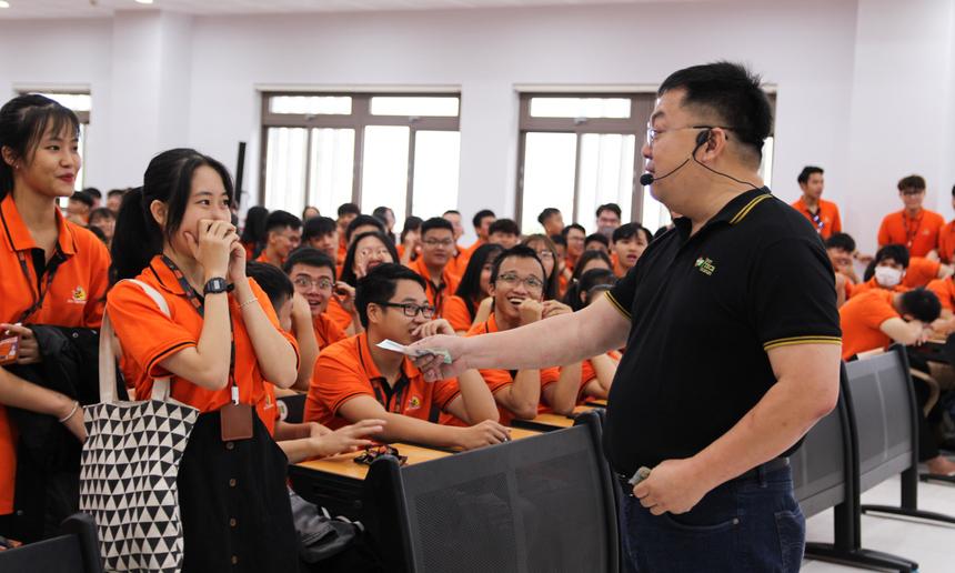 Mở đầu, anh Hoàng Nam Tiến đã 'thử thách' lòng dũng cảm của các sinh viên bằng một trò chơi nhỏ. Anh mời một số bạn lên hẳn phía trên sân khấu để ngồi. Trước sự lưỡng lự của nhiều sinh viên, anh bất ngờ dành tặng nhiều món quà cho những người 'dũng cảm' dám bước lên phía trước.