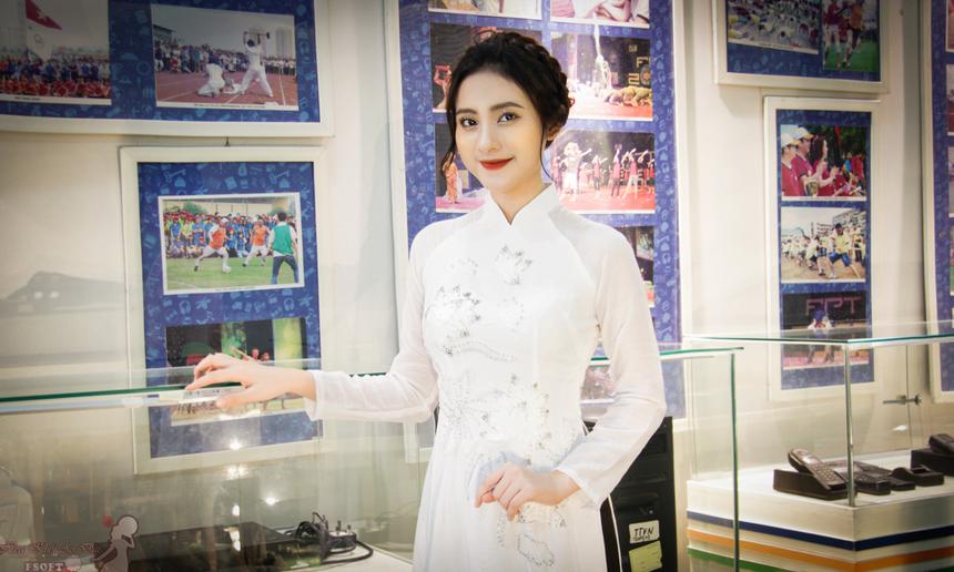 """Cô nàng sinh năm 1996 rất tự tin mỗi khi mang áo dài. """"Mình nghĩ áo dài là một trang phục truyền thống, tôn vinh vẻ đẹp của người phụ nữ Việt. Đây cũng là một điều hết sức may mắn đối với bản thân. Cám ơn những người bạn, người đồng nghiệp đã yêu mến, ủng hộ bức ảnh của mình trong những ngày vừa qua"""". Với việc giành giải Nhất, Trịnh Thị Nga đã giành được giải thưởng 2 triệu đồng. 2 giải Nhì sẽ nhận được giải thưởng 500 nghìn đồng. BTC cũng dành 500 nghìn đồng trao cho chủ tài khoản Đức Lê với giải Bình luận hay nhất."""
