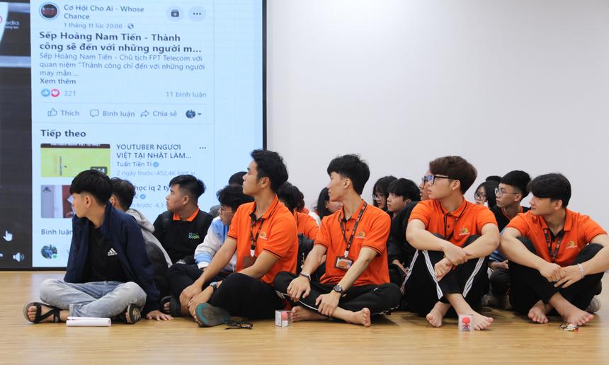 """Anh Hoàng Nam Tiến đã rất ấn tượng khi một sinh viên chạy rất nhanh bước lên sân khấu, sẵn sàng đặt câu hỏi cho Chủ tịch FPT Telecom. """"Thế hệ của các bạn là nên chạy chứ không nên đi. Chúng ta đặt mục tiêu trở thành những công dân toàn cầu"""", anh nhắn gửi."""