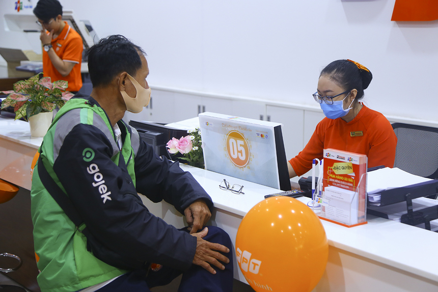 """Bằng phương châm """"Khách hàng là trọng tâm"""", FPT Telecom không ngừng nỗ lực nâng cao chất lượng sản phẩm dịch vụ đến chăm sóc khách hàng. Hơn 220 quầy giao dịch FPT Telecom trên toàn quốc đã mang đến một ngày nhiều niềm vui cho các khách hàng nam. Đây được xem như một món quà nhỏ giúp kết nối, chia sẻ niềm vui tới khách hàng đã gắn bó với dịch vụ."""