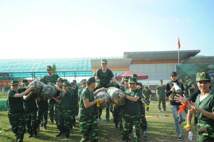 Phần thi Xâm nhập cứ địa mang đến cho các đội nhiều tiếng cười. Ngoài thử thách về thể lực, cuộc đua còn là dịp để đại biểu FPT thể hiện óc chiến thuật và tăng cường tinh thần đồng đội, kết nối.