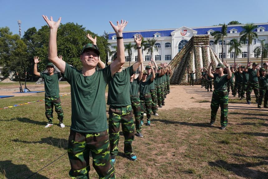 Các đại biểu được chia thành 4 trung đội để thi đấu với nhau. Trong màu áo lính, lãnh đạo FPT hào hứng khởi động.