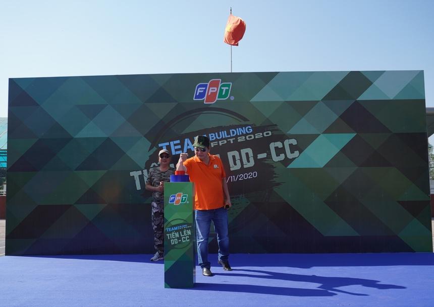 Chủ tịch FPT Trương Gia Bình nhấn nút phát lệnh bắt đầu cuộc đua.