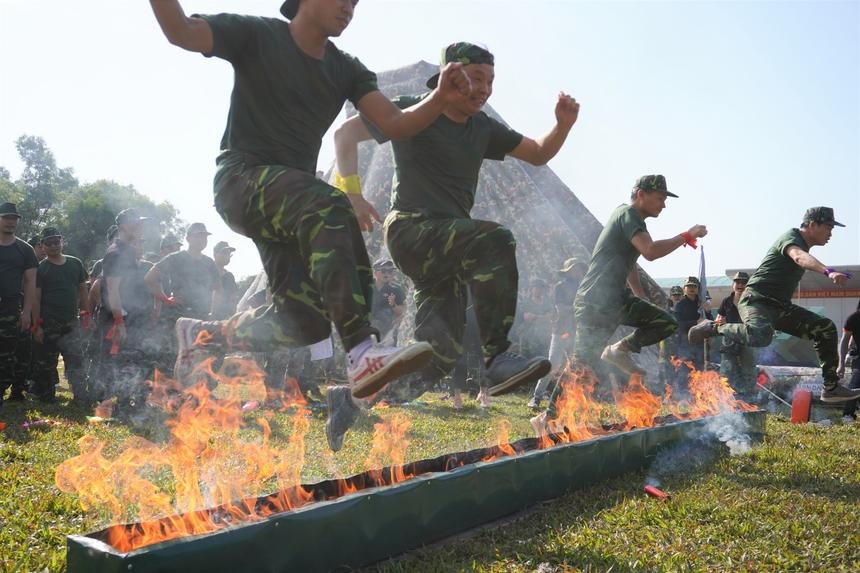 Các sếp nhà F tham gia phần thi đầu tiên: Vượt tường lửa. Ở phần thi này, người chơi phải di chuyển trên vách đá, nhảy qua bục lửa, trèo tường lưới. Các đội chơi vượt qua thử thách này khá nhanh chóng.