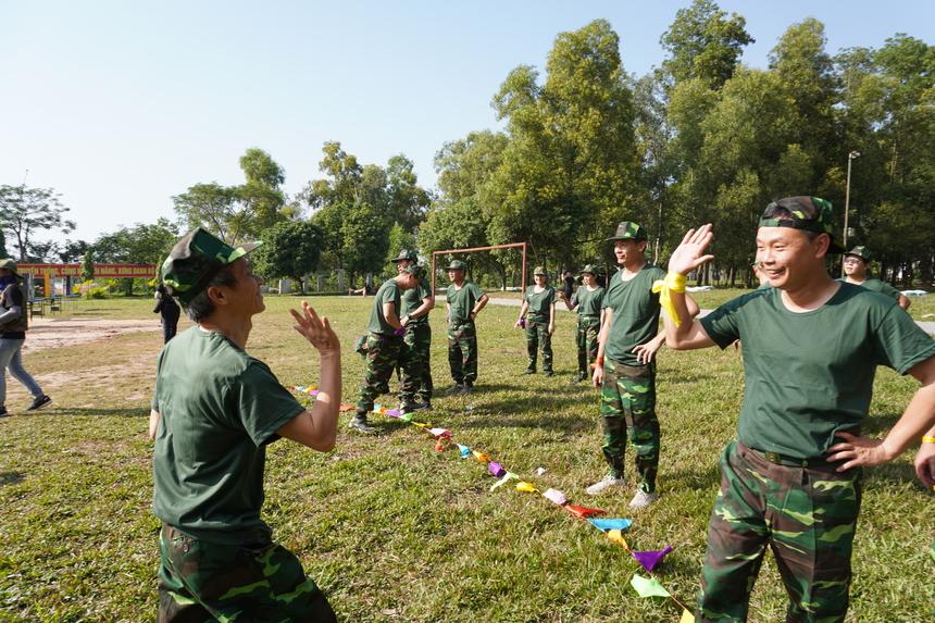 Hiệu trưởng Đại học FPT Nguyễn Khắc Thành vàCEO FPT Software Phạm Minh Tuấn chia sẻ niềm vui sau khi chinh phục thành công chuỗi chướng ngại vật.