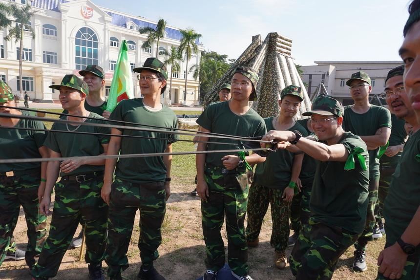 Phó Tổng Giám đốc FPT Nguyễn Thế Phương thử sức với chiếc ná lớn.