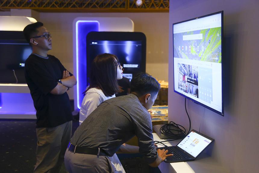 """""""Thông tin nhận được ban đầu là thiết kế mô hình mạng thế nào để đáp ứng khoảng 2000 users tham gia sự kiện, do Trung tâm Điều hành mạng, Kỹ thuật hệ thống và Phương Nam phối hợp thực hiện. Hiện tại, khâu chuẩn bị đã hoàn thành hơn 90% công việc: thiết kế mạng local, mạng tới các gian hàng đã xong hết, chỉ còn sảnh ở sự kiện và check - in. Trong chiều nay sẽ xong 100%."""", anh Đoàn Văn Duy - Trưởng phòng Chăm sóc Khách hàng PNC - cho biết."""