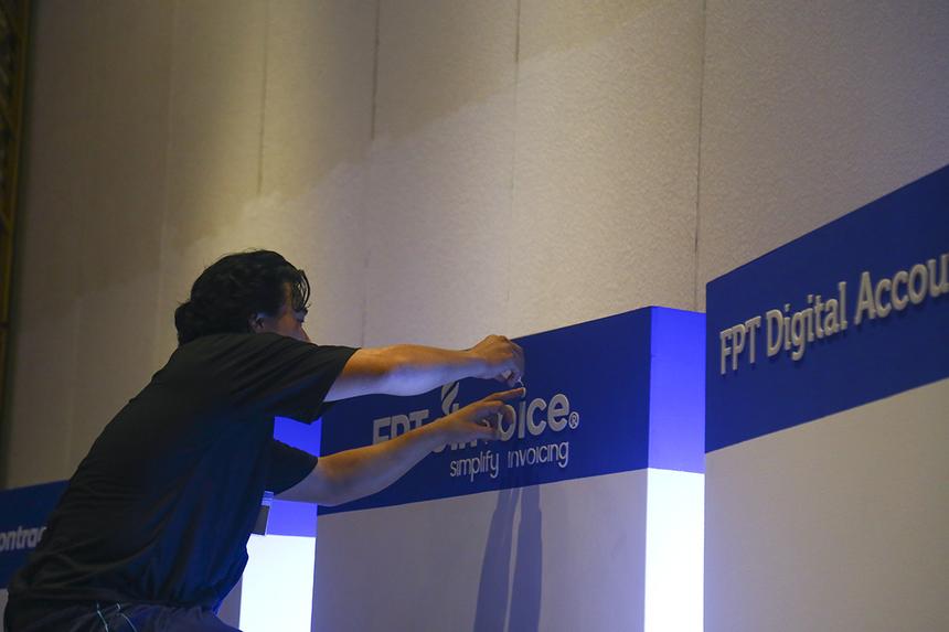 Sự kiện sẽ trưng bày nhiều giải pháp công nghệ của các công ty thành viên FPT phát triển. BTC đang hoàn thiện việc trang trí, lắp đặt thiết bị tại các gian hàng.