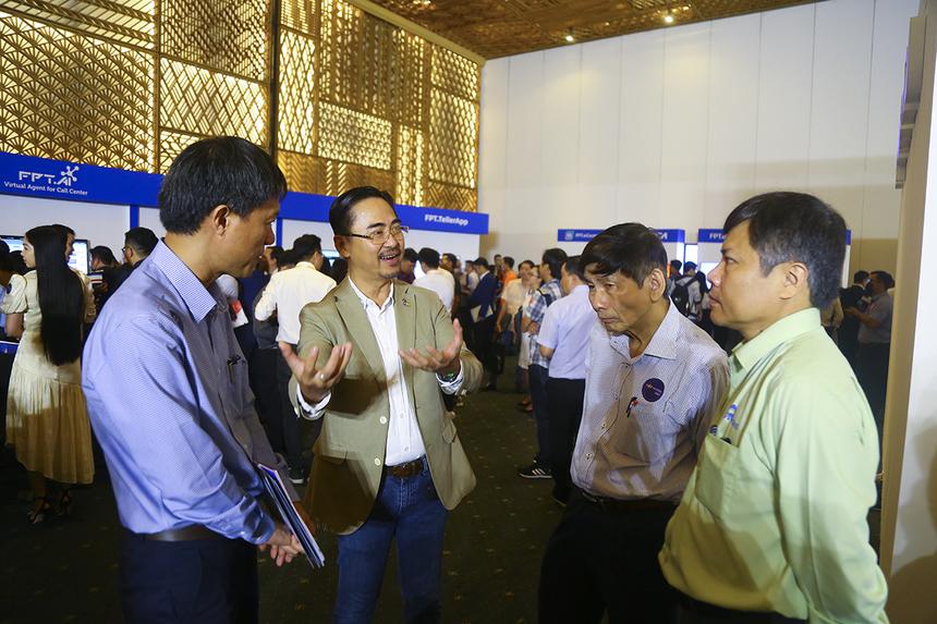 Anh Phan Thanh Sơn - GĐ Phát triển kinh doanh FPT IS giới thiệu lãnh đạo các doanh nghiệp về những giải pháp công nghệ của nhà Hệ thống tại sự kiện Techday.