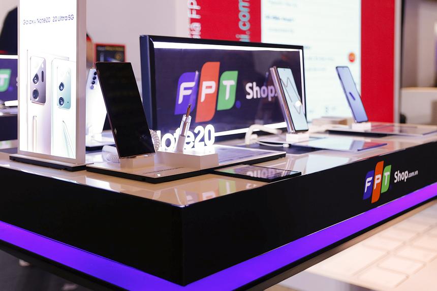Những sản phẩm smartphone, laptop mới nhất, như: Samsung Note 20 series... cũng được trưng bày để khách hàng trải nghiệm tại gian hàng FPT Shop.