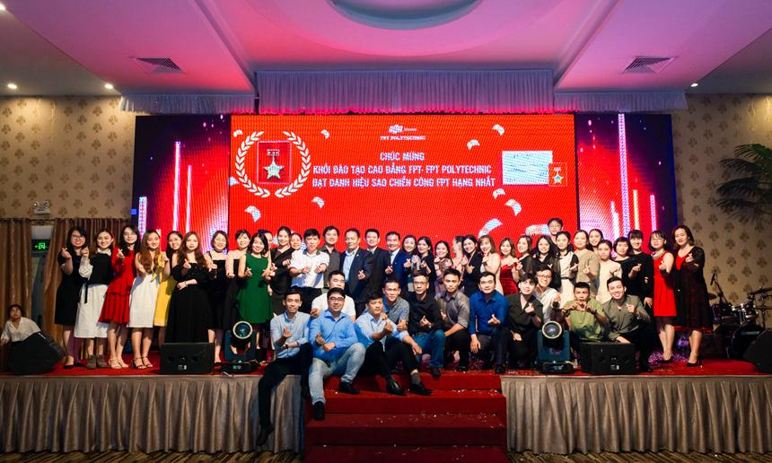 Tại đây, chương trình cũng dành thời gian để vinh danh Khối đào tạo Cao đẳng FPT Polytechnic đã đạt danh hiệu Sao chiến công FPT hạng Nhất. Các thầy, cô giáo của nhà trường phấn khởi đón nhận danh hiệu, chụp hình lưu niệm.
